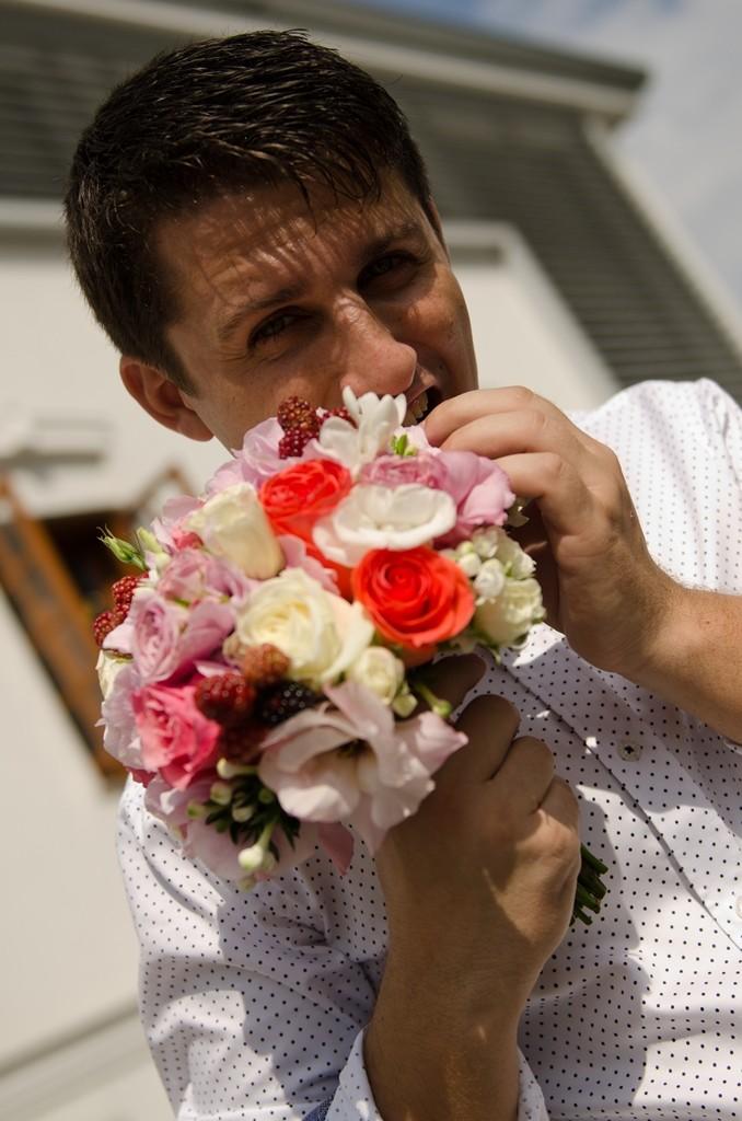 buchet cununie civila cu mure, miniroze, bouvardia, trandafiri, bujori, brunia.
