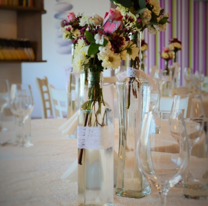 Aranjamente florale in sticlute pentru evenimente cu stil
