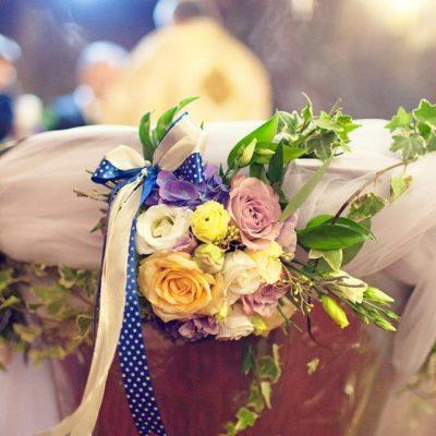 Decor cristelnita cu buchetele de flori viu colorate din miniroze, hortensie, eustoma. Tiul si iedera intre buchetele.