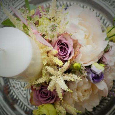 Lumanare botez scurta, decor pe o parte cu bujor, trandafiri, astilbe si fluturasi