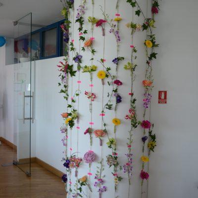 Decor receptie cu flori viu colorate