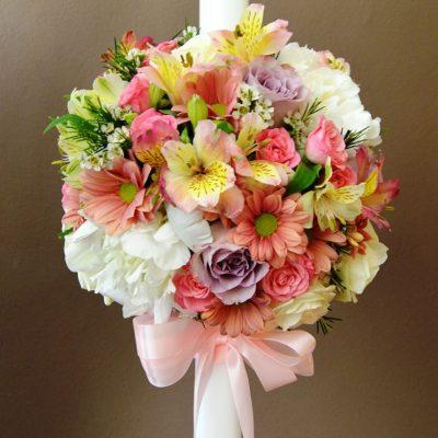 Lumanare botez cu minicrizanteme colorate, astroemeria, trandafiri, wax flowers si bujori.