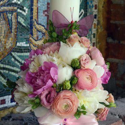 Lumanare botez cu flori delicate : bujori si ranunculus in ton alb-roz,