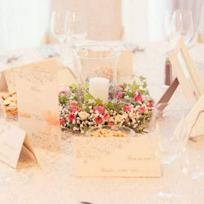 ament floral mese invitati cu flori si lumanare in bol de sticla