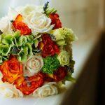 Buchet mix hortensie verde-tranfafiri portocalii