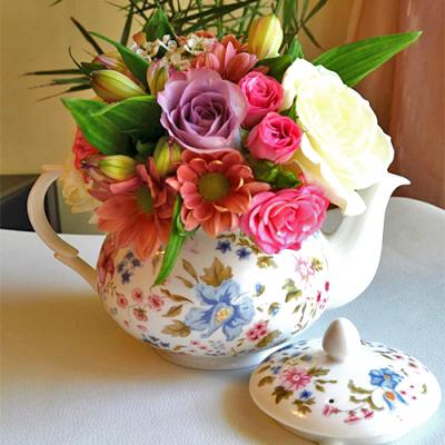 Aranjament-botez-ceainic-cu-flori-colorate