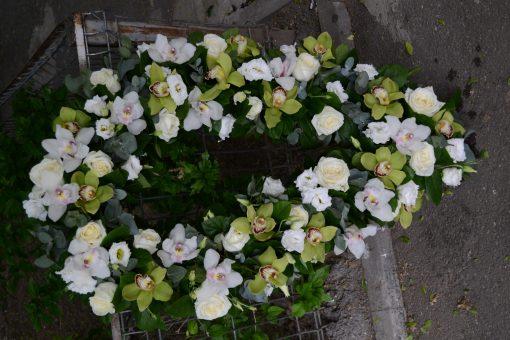 Coroana de flori din ordidee, trandafiri si eustome.