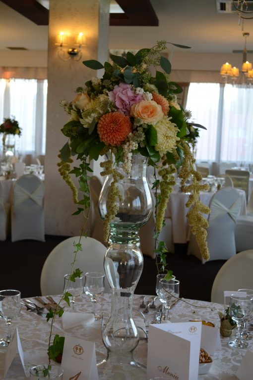 Aranjament masa pe suport inalt cu crizanetme, trandafiri, eucalypt, hortensie