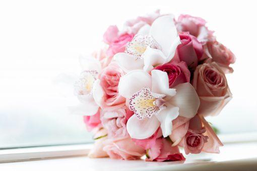 Buchet trandafiri roz si cymbidium alb