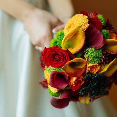 Buchet colorat cu cale, viburnum, dalii, santini si trandafiri