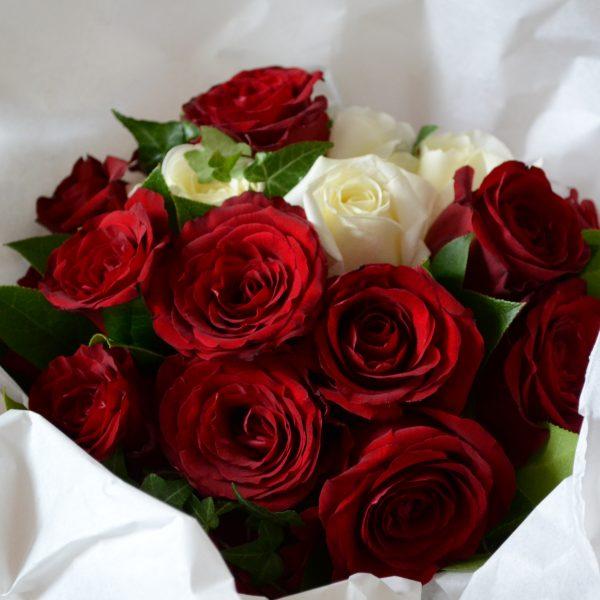 Buchet De Trandafiri Rosii Si Albi Pentru A I Spune Cat De Mult O