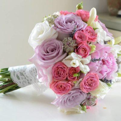 Buchet in nuante delicate de roz si lila