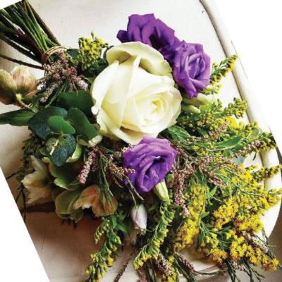 Buchetel eustoma, solidago si trandafiri albi